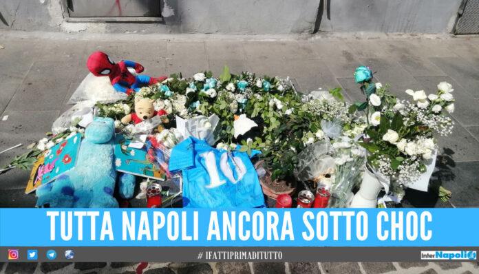 Strazio e dolore in via Foria, maglie di Maradona e Super Santos per ricordare il piccolo Samuele