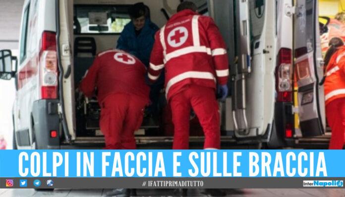 Follia in strada a Napoli, donna reagisce alla rapina e viene picchiata con la mazza da baseball