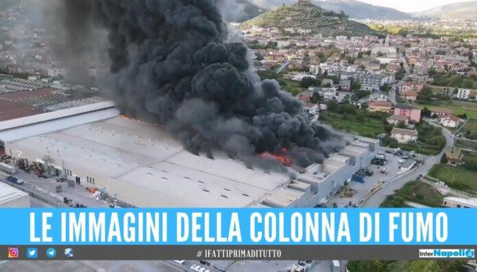 incendio Bomba ecologica in Campania, il cielo diventa nero dopo l'incendio