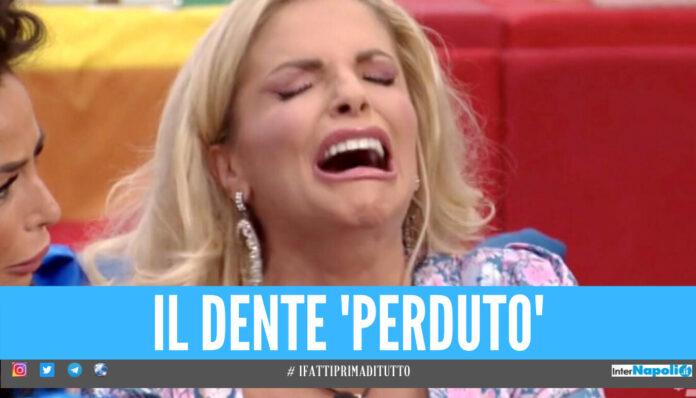 GF Vip, Francesca Cipriani perde un dente nel tiramisù e un concorrente lo mangia