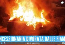 Incendio nella notte a Castellammare, concessionaria divorata dalle fiamme: 16 veicoli carbonizzati