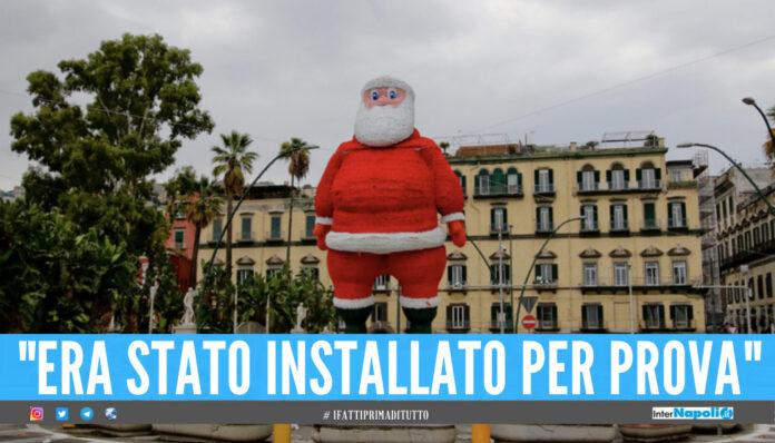 il gonfiabile di Babbo Natale installato ieri sul lungomare di Napoli, a piazza Vittoria