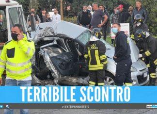 Terribile schianto alla rotonda di Villaricca, incidente tra un'auto ed un furgoncino
